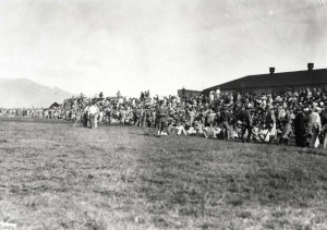Crowds await the winner of the Dole Derby at Wheeler Field, August 16, 1927.