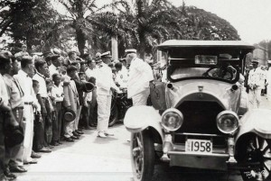Rear Admiral McDonald and Commander John Rodgers arrived at Iolani Palace on September 17, 1925 to pay respects to Governor Wallace R. Farrington.