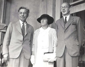 Mrs. C. P. T. Ulm, the widow of the noted Australian flier who lost his life on a trans-Pacific flight visited Hawaii on May 18, 1935. Left, Governor Poindexter, right W. P. W. Turner, British consul.