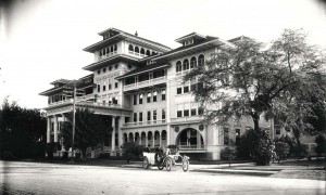Auto in front of the Moana Hotel, Waikiki, 1930.