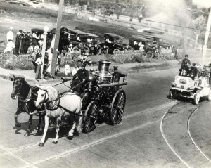Horse Drawn Fire Engine, 1917. Records of the Honolulu Fire Department show horses were used as early as April 1886. On Aug. 15, 1891 a new steam engine arrived for Engine Co 1. The members of the company received the horses from merchants and tranined them for connection to the engine.