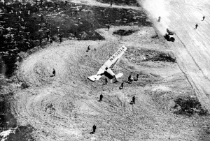 Navy Lts. Norman A. Goddard and K. C. Hawkins' El Canto took off, got 4-feet into the air and crashed to the ground. The left wing was demolished and the plane was out of the race.