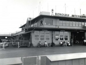 Outdoor passenger waiting area, Honolulu International Airport, 1950s.